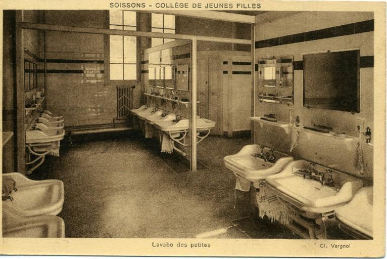 Soissons - Collège de Jeunes Filles - Lavabo des petites_0
