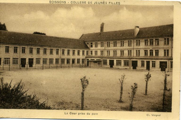 Soissons - Collège de Jeunes Filles - La Cour prise du parc_0