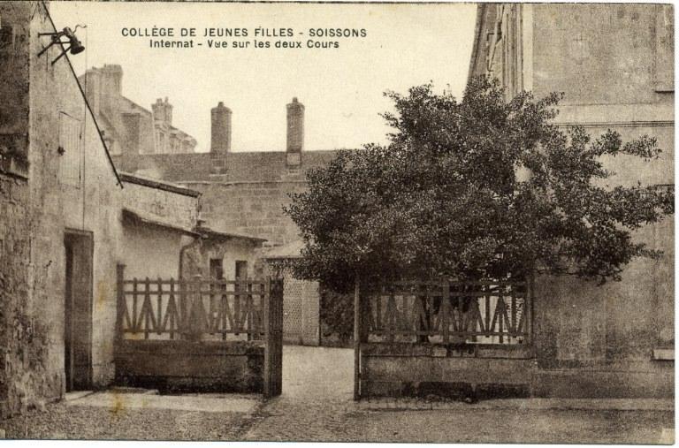 Soissons - Collège de Jeunes Filles - Internat - Vue sur les deux Cours_0