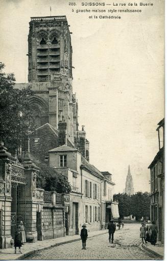 Soissons - La rue de la Buerie à gauche maison style renaissance et la Cathédrale_0