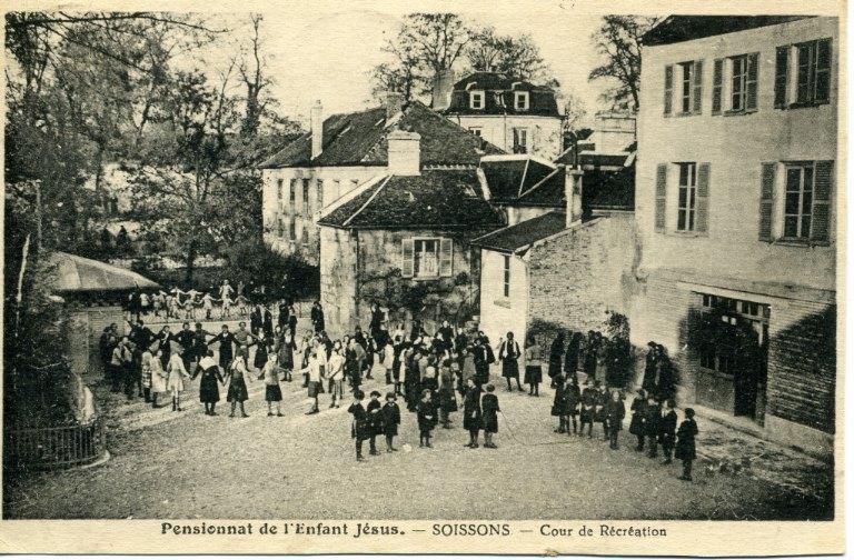 Soissons - Pensionnat de l'Enfant Jésus - Cour de Récréation_0