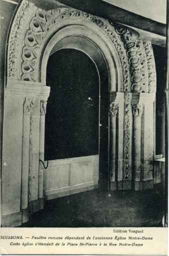 Soissons - Fenêtre romane dépendant de l'ancienne Église Notre-Dame. Cette église s'étendait de la Place Saint-Pierre à la Rue Notre-Dame