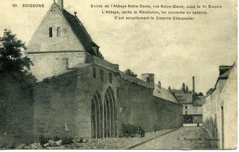 Soissons - Entrée de l'Abbaye Notre-Dame, rue Notre Dame, sous le 1er empire - L'Abbaye, après la Révolution, fut convertie en caserne. C'est actuellement la Caserne Charpentier_0