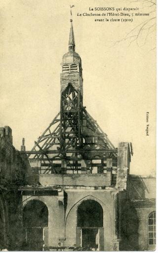 Le Soissons qui disparait - Le Clocheton de l'Hôtel-Dieu , 5 minutes avant la chute (1910)_0