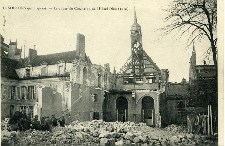 Le Soissons qui disparaît - La chute du Clocheton de L'Hôtel Dieu (1910)_0