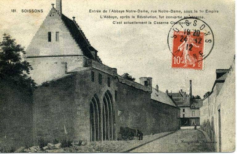 Soissons - Entrée de l'Abbaye Notre Dame, rue Notre-Dame, sous le 1er Empire. L'Abbaye, après la Révolution, fut convertie en caserne. C'est actuellement la Caserne Charpentier