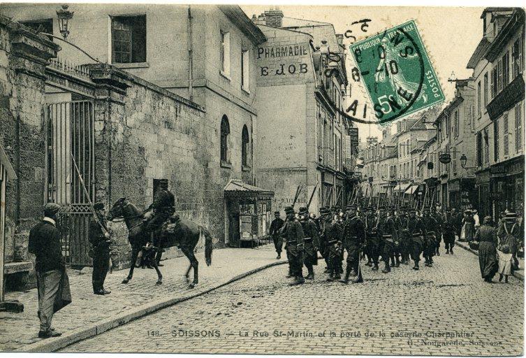 Soissons - La rue Saint-Martin et la porte de la caserne Charpentier_0