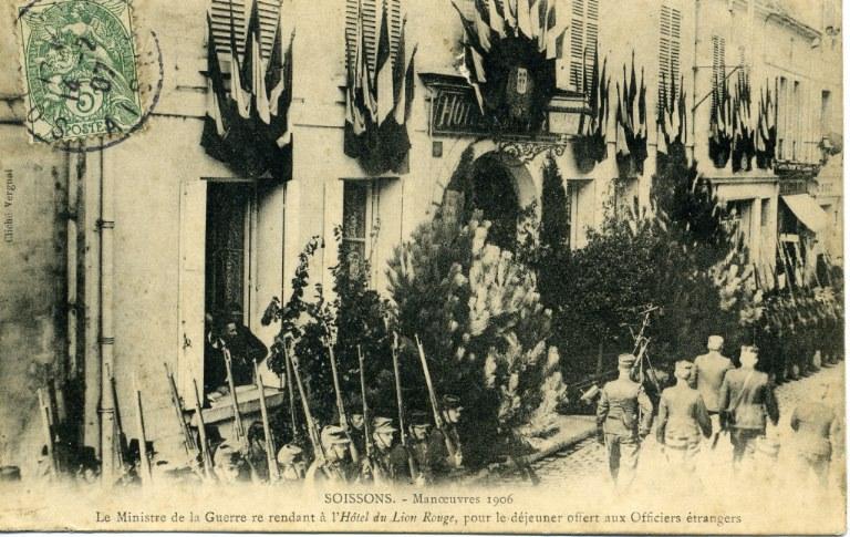 Soissons - Manoeuvre 1906 - Le Ministre de la Guerre se rendant à l'Hôtel du Lion Rouge pour le déjeuner offert aux Officiers étrangers_0