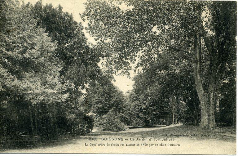Soissons - Le Jardin d'Horticulture. Le gros arbre de droite fut atteint en 1870 par un obus Prussien_0