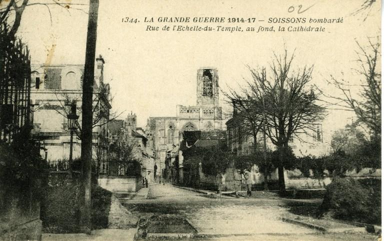 La Grande Guerre 1914-1917 - Soissons bombardé - Rue de l'échelle du Temple, au fond, la cathédrale_0