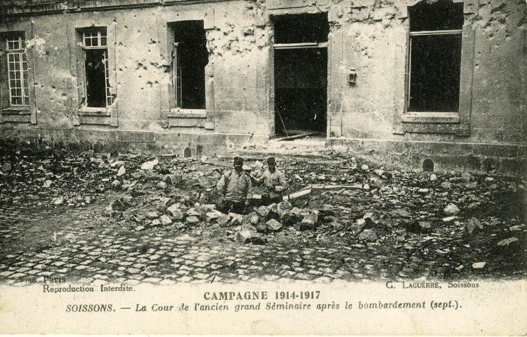 Campagne 1914-1917 - Soissons - La cour de l'ancien grand Séminaire après le bombardement (sept.)_0