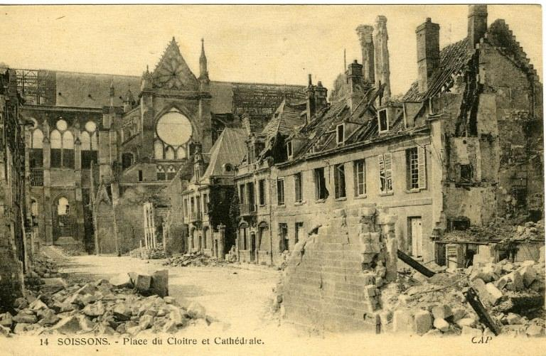 Soissons - Place du Cloître et Cathédrale_0