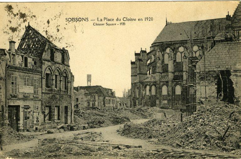 Soissons - La Place du Cloître en 1920_0
