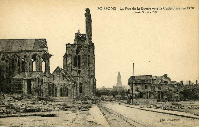 Soissons - La Rue de la Buerie vers la Cathédrale, en 1920_0
