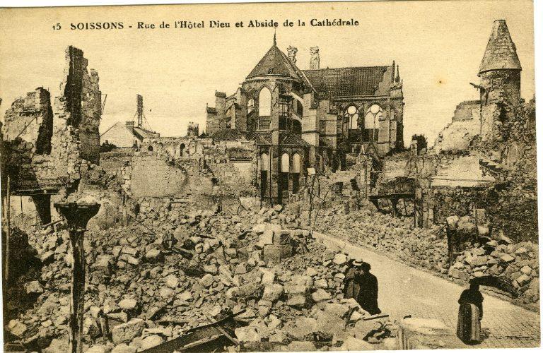 Soissons - Rue de l'Hôtel Dieu et Abside de la Cathédrale_0