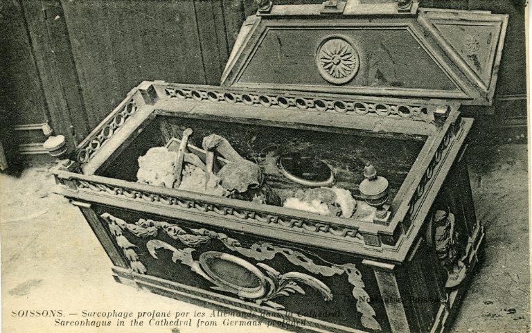 Soissons - Sarcophage profané par les allemands dans la Cathédrale