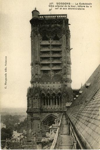 Soissons - La Cathédrale, coté oriental de la tour - Toiture de la nef et son déambulatoire_0