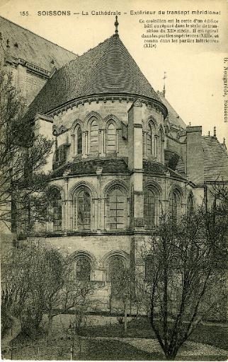 Soissons - Cathédrale - Extérieur du transept méridional. Ce croisillon est le reste d'un édifice bâti ou réparé dans le style de transition du XIIe siècle. Il est ogival dans les parties supérieures (XIIIe siècle) et roman dans les parties inférieures (XIIe siècle)