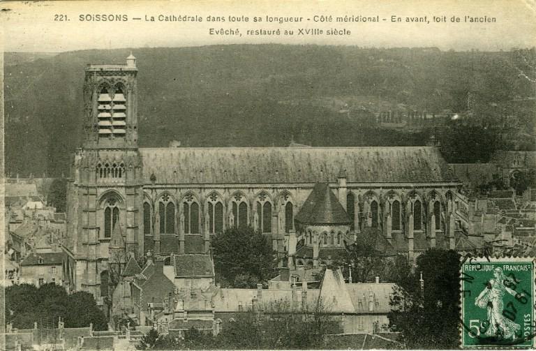 Soissons - La Cathédrale dans toute sa longueur - Côté méridional - En avant, toit de l'ancien Evêché, restauré au XVIIIe siècle_0