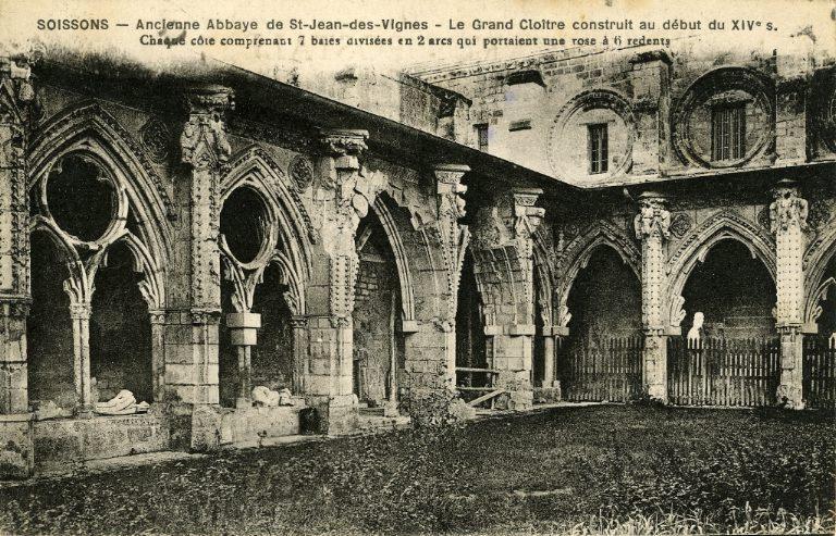 Soissons - Ancienne Abbaye de Saint-Jean-des-Vignes - Grand Cloître construit au début du XIVe siècle. Chaque côté comprenant 7 baies divisées en 2 arcs qui portaient une rose à 6 redents_0