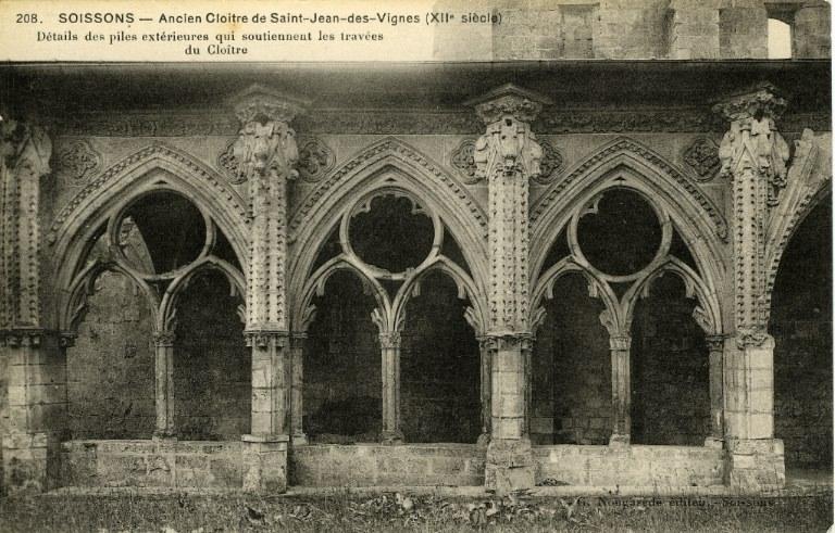 Soissons - Ancien Cloître de Saint-Jean-des-Vignes XIIe siècle. Détails des piles extérieures qui soutiennent les traveés du Cloître_0