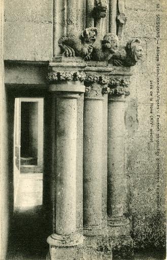 Soissons - Abbaye Saint-Jean-des-Vignes - Fausses gargouilles grimaçantes du premier étage près de la rose (XIVe)_0
