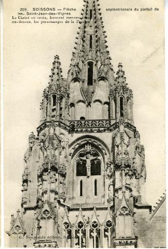 Soissons - Flèche septentrionale du portail de Saint-Jean-des-Vignes. Le Christ en croix, formant meneau avec au-dessus, les personnages de la Passion_0