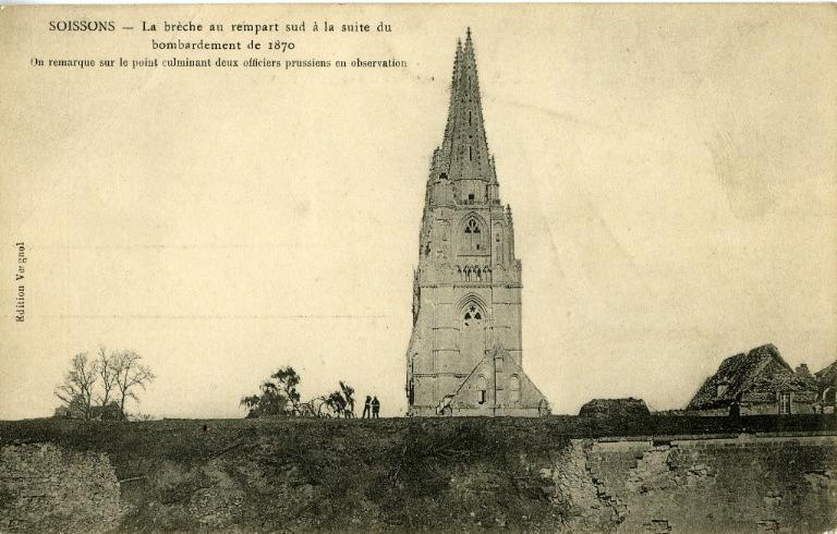 Soissons - La brèche au rempart sud à la suite du bombardement de 1870. On remarque sur le point culminant deux officiers prussiens en observation_0