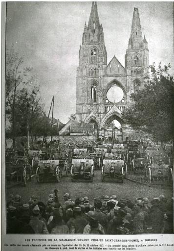La Grande Guerre de 1914-1915 - Les Trophées de la Malmaison devant l'église Saint-Jean-des-Vignes, à Soissons. Une partie des canons allemands pris au cours de l'opération des 23, 24, 25 octobre 1917. - Au premier rang, pièces d'artillerie prises par le 21e bataillon de chasseurs à pied, dont le chiffre et les initiales sont inscrits sur les boucliers