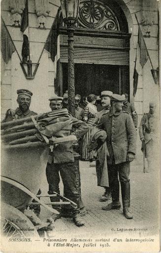 Soissons - Prisonniers Allemands sortant d'un interrogatoire à l'État Major - Juillet 1915_0