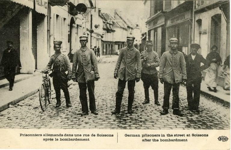 Prisonniers allemands dans une rue de Soissons après le bombardement_0