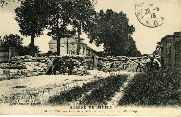La grande guerre 1914-1915 - Soissons - Une barricade de rue, route de Maubeuge_0