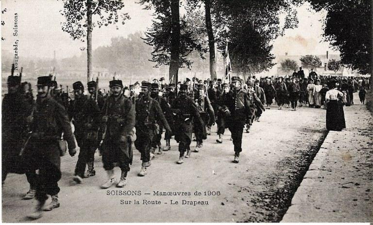 Soissons - Manoeuvre de 1906 - Sur la route - Le drapeau