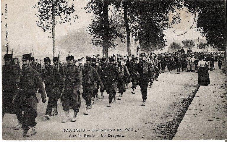 Soissons - Manoeuvres de 1906 - Sur la Route - Le Drapeau_0