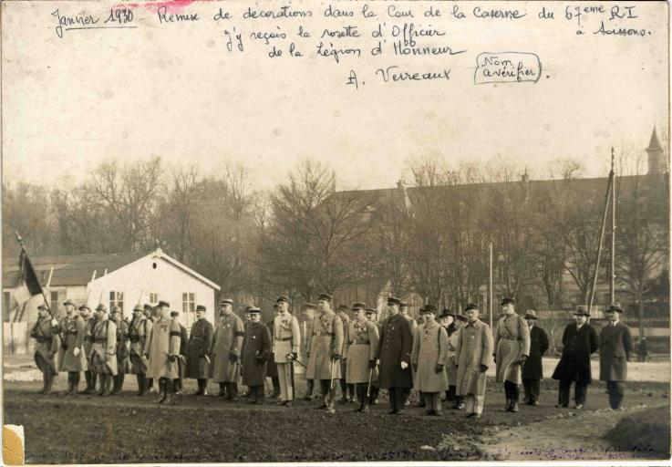 Remise de décorations dans la cour de la caserne du 67e RI à Soissons_0