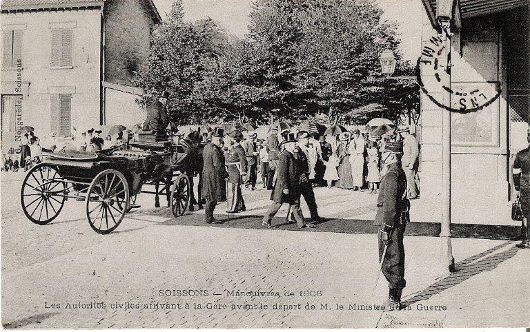 Soissons - Manoeuvres de 1906 - Les Autorités civiles arrivant à la Gare avant le départ de M. le Ministre de la Guerre_0