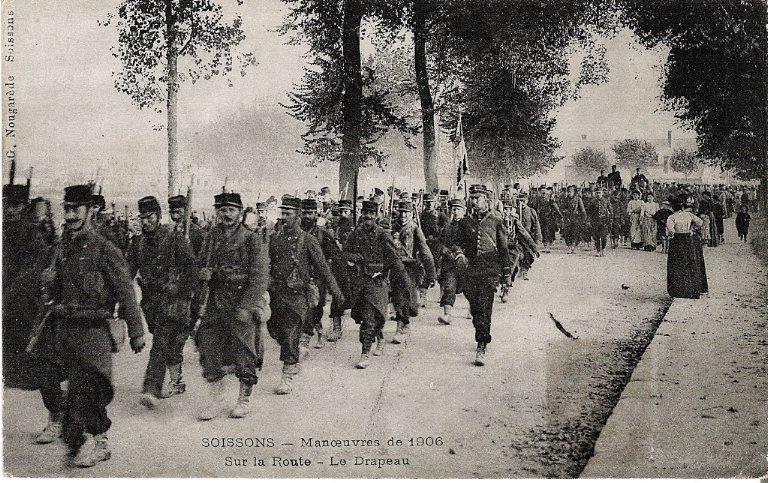 Soissons - Manoeuvres de 1906 - Sur la route - Le drapeau