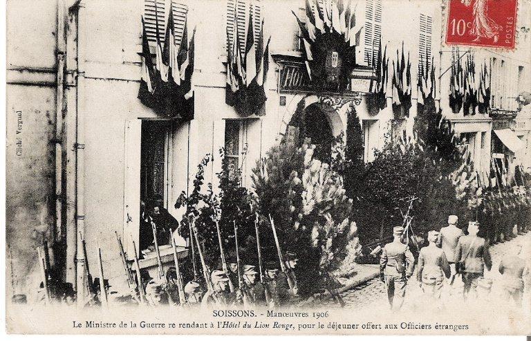 Soissons - Manoeuvres de 1906 - Le Ministre de la Guerre se rendant à l'Hôtel du Lion Rouge pour le diner aux Officiers étrangers_0