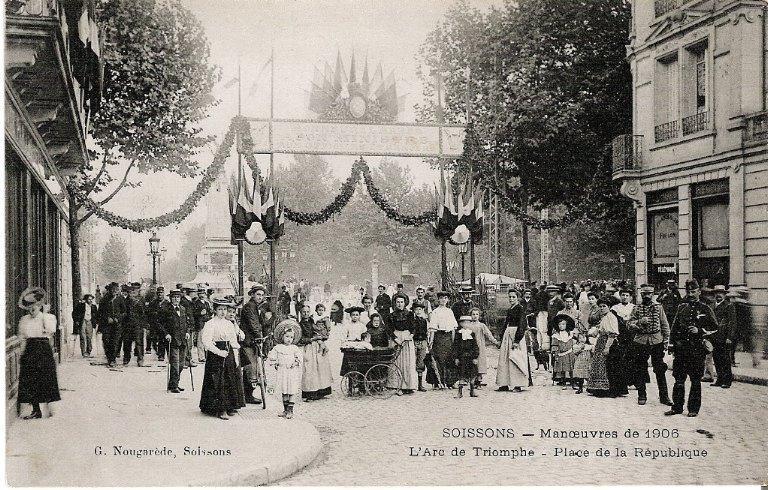 Soissons - Manoeuvres de 1906 - L'Arc de Triomphe - Place de la République_0