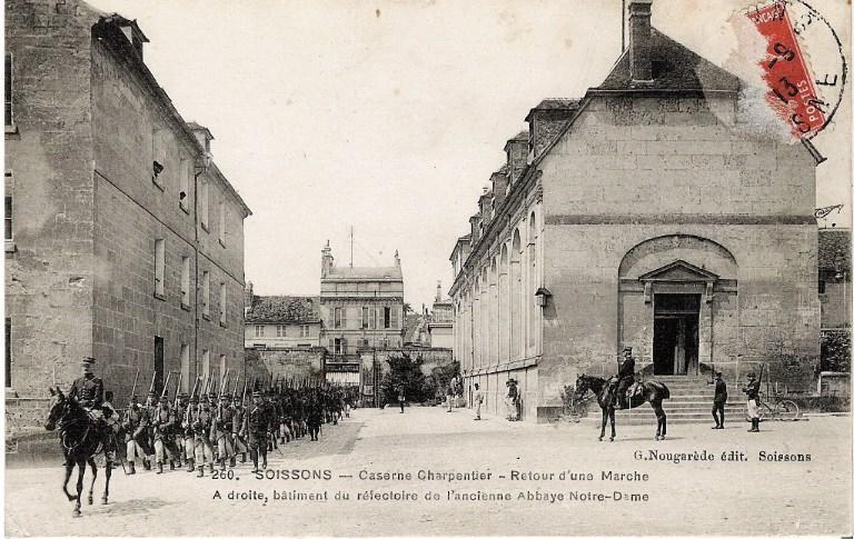 Soissons - Caserne Charpentier - Retour d'une Marche. A droite, bâtiment du réfectoire de l'ancienne Abbaye Notre-Dame_0