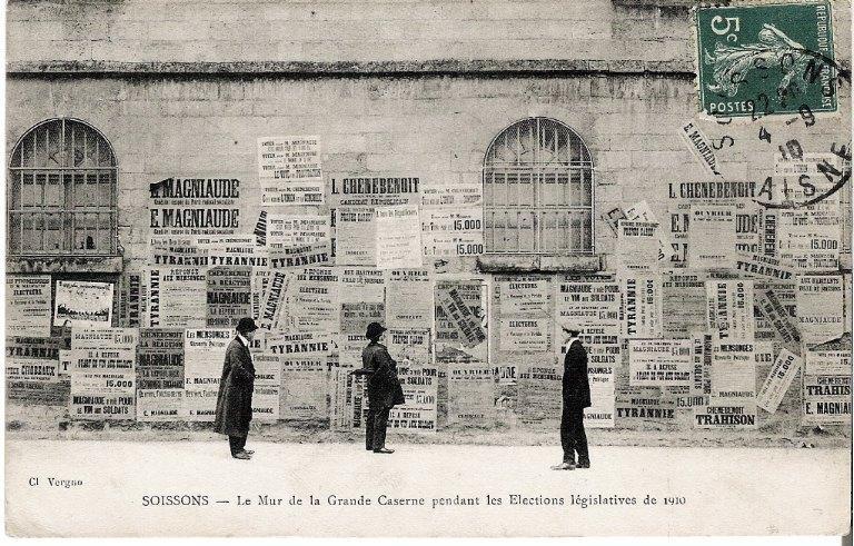 Soissons - Le Mur de la Grande Caserne pendant les Elections législatives de 1910_0