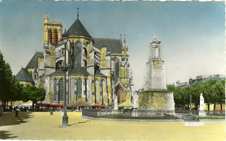 Soissons - L'abside de la cathédrale et le monument aux Morts_0