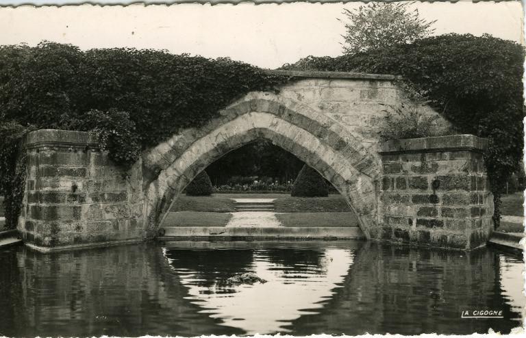Soissons - Arche reconstituée de l'ancien pont Saint-Waast (XIIIe) et parc Saint-Crépin_0