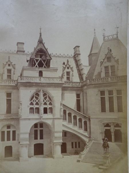 Pierrefonds - Cour - Côté du Beffroy - Dupré-Compiègne