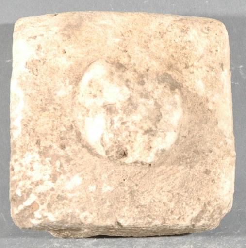 Ex-voto du temple de la forêt d'Halatte, stèle carré avec cercle en relief au centre