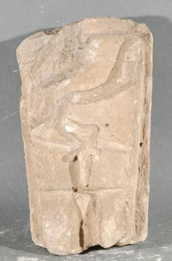 Ex-voto du temple de la forêt d'Halatte, fragment de stèle avec un homme_0