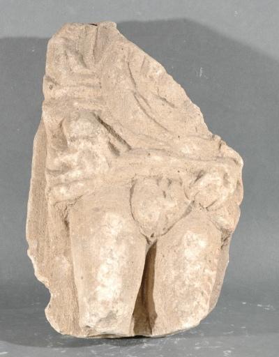 Ex-voto du temple de la forêt d'Halatte, homme relevant sa tunique