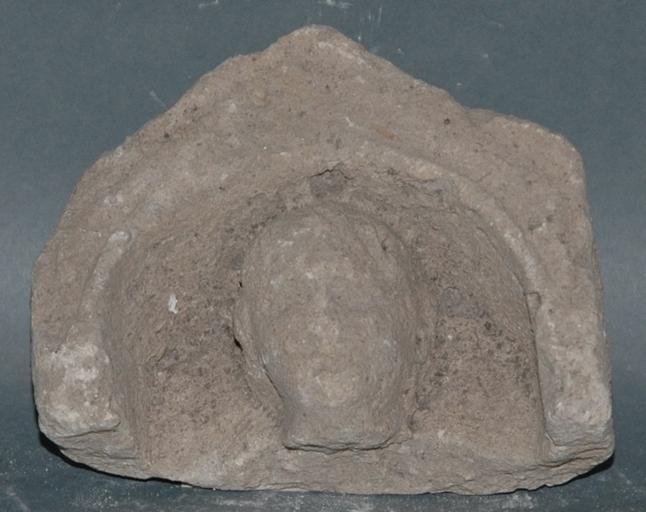 Ex-voto du temple de la forêt d'Halatte, tête d'homme sous une niche_0