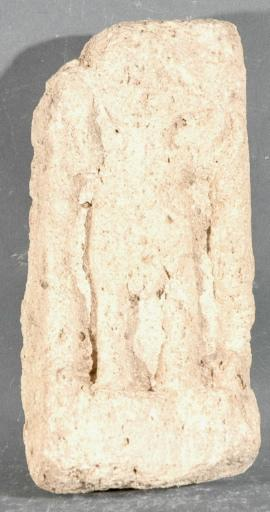 Ex-voto du temple de la forêt d'Halatte, petite stèle avec personnage en relief, levant les bras_0