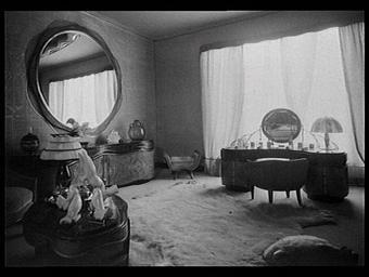 Chambre de dame : brosses en ivoire de Raby, pigeons d'Adnet